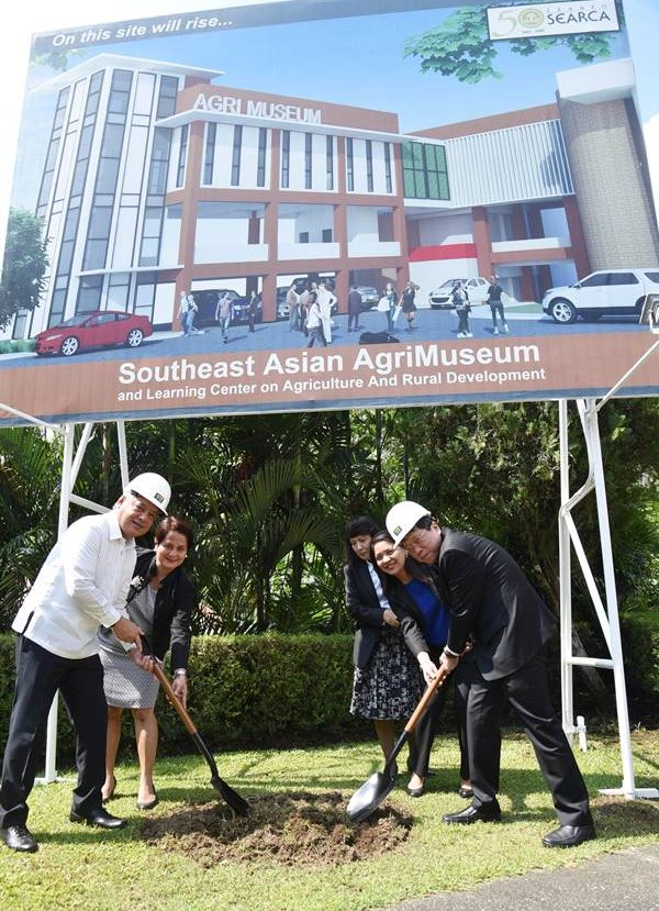 Thai Education Minister Teerakiat Jareonsettasin (right), concurrent president of the Southeast Asian Ministers of Education Organization (SEAMEO) Council, and Dr. Gil C. Saguiguit Jr., SEARCA Director, lead the groundbreaking of the Southeast Asian AgriMuseum and Learning Center on Agricultural and Rural Development on 19 April 2017