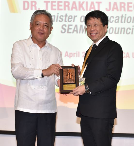 Dr. Gil C. Saguiguit, Jr. presents a miniature replica of the SEARCA Growth Monument to Minister Teerakiat Jareonsettasin as a token of the Center's appreciation.